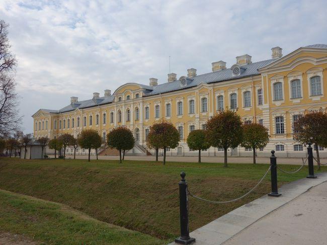 今日はラトビアのバウスカというところにあるルンダーレ宮殿の観光から始まります。バルトのヴェルサイユと言われている宮殿、楽しみです!<br />【行程】<br /> 1日目 移動 成田→ヘルシンキ→ヴィリニュス<br /> 2日目 ヴィリニュス市内観光→トラカイ城<br /> 3日目 ヴィリニュス→カウナス市内観光→十字架の丘→リガ<br /> 4日目 リガ→バウスカ観光(ルンダーレ宮殿)→リガ市内観光<br /> 5日目 リガ→スィグルダ観光(トゥライダ城)→タリン<br /> 6日目 タリン市内観光→ラヘマー国立公園<br /> 7日目 移動<br /> 8日目 帰国