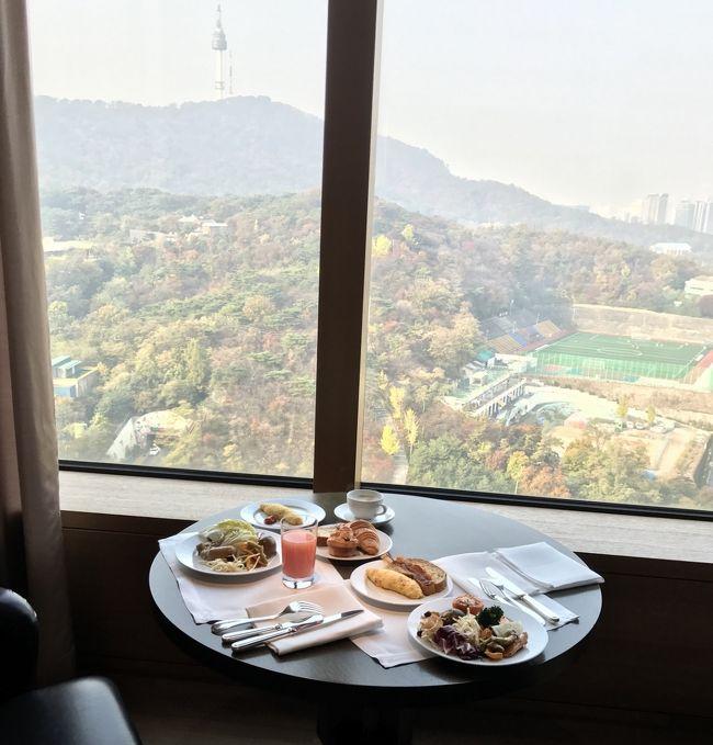 ソウルの紅葉が見たい!<br /><br />連休が取れたので、妹と1泊でソウルの紅葉を目指して行ってきました♪<br />2015年GW以来、3度目のソウルです。<br />滞在時間は32時間。<br />今回は、どこまで飲み食い出来るでしょうか?笑<br /><br />こだわったのは、たった1泊のホテルライフをどこで過ごすか?<br />日本より安く泊まれる韓国の高級ホテル。<br />特に、サービスが充実しているエグゼクティブplanは、高いが充実のホテルライフを満喫でき、非日常を味わいたい時の自分へのご褒美♪<br />これまで、ロッテホテル→ウェスティン朝鮮ホテル→ときたので、今回は、紅葉が見渡せる高台の新羅ホテルを楽天トラベルから予約しました。<br />( 表写真:新羅ホテル23階エグゼクティブラウンジからの眺望 )<br /><br />【1日目】 http://4travel.jp/travelogue/11186331<br />羽田国際空港 8:50発 NH861 → 金浦国際空港着 → 新羅ホテルcheck in  → 石垣道トルダムキル → 明洞で神仙ソルロンタン → 徳寿宮 → 眞味食堂でカンジャンケジャン → 新羅ホテルスパ<br /><br />【2日目】 http://4travel.jp/travelogue/11186335<br />エグゼクティブラウンジで朝食 → 昌徳宮、秘苑 → コンヌンタッカンマリ → 金浦国際空港 20:30発 NH868 → 羽田国際空港着<br /><br />※ 為替: 1万円 → KW 109500<br />