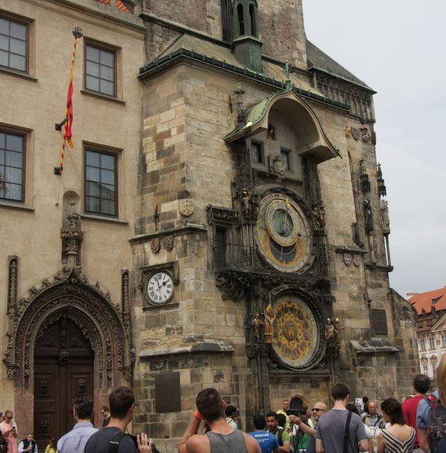 プラハ旧市庁舎の天文時計 2016.5.29<br />The Prague Horloge <br /><br />2016年8月11日に公開した「北欧・中欧の旅2016ハイライト」<br />http://4travel.jp/travelogue/11153875<br />に続く1日ごとの旅行記第11回です。<br />公開予定は定期的にではなく、およそ毎月3回程度になる見通しです。<br />写真と説明文はハイライトと重複する内容が少なからずあります。<br /><br /> ◇   ◆   ◇   ◆   ◇   ◆   ◇   ◆ <br /><br />前回2014年秋は初めてのスコットランドと、3箇所のフランスの友人宅を訪ねる14日間の一人旅でしたが、今回は友人と二人でストックホルムからウィーンまでの12日間の列車の旅です。<br />フライトは往路が羽田発ミュンヘン経由ストックホルムまでのルフトハンザ航空、復路は<br />ウィーン発成田までのオーストリア航空直行便、航空券の手配はJTBオンラインでした。<br /><br />オーストリア航空直行便は2016.9.4で27年間の運行を終了した。<br />今後は上海・香港などの経由便しかない。<br /><br />日程はストックホルム(3泊)、コペンハーゲン(2泊)、ハンブルグ(乗換)、ベルリン(2泊)、プラハ(乗換)、ウィーン(3泊)です。<br />私にとってプラハとウィーン以外の都市は初めてで、訪問先の観光スケジュールは友人と手分けしてかなり詳細な計画を作って行きました。<br />この計画作りは大変ですが、添乗員ツアーと比べても充実した旅になることは何度も経験済みです。<br /><br />5月29日(日)プラハの天気 晴れ 気温24/12℃<br />この日は移動日であるが、プラハで5時間ストップオーバー(途中下車)して旧市街の旧市庁舎の天文時計、カレル橋、ルドルフィヌム(チェコフィルの本拠地)などを見学した。<br /><br />(旅日記より)<br />4時半に目が覚め、しばらくして起床。<br />出発が早く、朝食はホテルで食べられないのでポットに湯を沸かし、用意されているEnglish breakfastの紅茶を煎れてプチ菓子を食べた。<br />荷物をまとめ、6時にロビーへ下りた。<br />チェックアウトはすぐにできたが、レシートのプリントに時間がかかり手間取った。<br />6:20にホテルを出発して、すぐ前のFridrichstrasse駅へ。<br />S5でベルリン中央駅へ向かい、朝食用のパンとコーヒーを買って地下2階の1番線ホームへ下りた。<br />ホームの列車編成図を見てEC171の258号車の乗車位置Dを確認した。<br />乗車してみるとこの車両はコンパートメント形式の6人部屋で、窓側の55,56席を予約してあった。<br />このEC(Euro City)は専用の荷物置き場がないので、私のスーツケースは上段に載せた。同室の他の4人はアメリカの女子学生グループで、私達と同じプラハまで行くと聞いた。<br />6:58定刻に出発して、Berlin sudに停車後はしばらく停まらなかった。<br /><br />11時半にプラハに着き、手荷物預かり所を探してスーツケースを預けた。<br />最長辺が1m以下のsmallは24hrで2.5ユーロ(¥320)で意外と安いが順番待ちが10分以上かかった。<br />地下鉄のキップはユーロが使えないので、カードで往復2人分を買った。96コロナ(¥500)<br />プラハ駅Hlavni nadraziからMuseum乗換えで旧市庁舎に近い駅Mustekまで行ったが、狭い道が多く、市庁舎に着くまでに迷ってしまい、インフォメーションで訊いてようやくたどり着いたのは14時少し前だった。<br />広場のレストランでビールとピザのランチで一休みした。<br />ちょうど市庁舎のからくり人形時計が時報を告げる動作が始まる前で、数百人が開始を見守った。<br /><br />ランチのあとカレル橋を見に行ったが、ここも大混雑であった。<br />川沿いを歩いてルドルフィヌムRudolfinum(ドヴォルザークホール)の外観とその前に立つドヴォルザークの像を見学した。<br /><br />プラハ駅までメトロで戻り、手荷物を受け取って16:49発のレイルジェットRJ371でウィーンへ向かった。<br />4人掛けのテーブル席のとなりの客は旅行仲間と言う6人(+α?)グループでにぎやかだった。<br /><br />ウィーン中央駅には9時(21時)に到着した。メトロのU1からU3にシュテファ