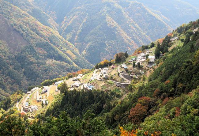 南アルプスは、長野・山梨・静岡の3県にまたがり、南北120kmの間に3,000m級の峰が9座も連なる日本一の山脈です。遠山郷には日本百名山の聖岳(3,013m)と光岳(2,591m)の登山道があり、多くの登山客が訪れます。また、遠山谷は、日本最大の断層である日本構造線を遠山川が削って形づくった谷で、新緑や紅葉が鮮やかな落葉広葉樹の森や整然とした遠山杉の美林など、日本を代表する鮮やかな自然に出会えます。<br /><br />南アルプスから伸びる尾根に拓かれた高原の地、標高800~1,100m、最大傾斜38度の急斜面に「日本のチロル」・「天空の里」と表現される下栗の里があります。2009年に「日本の里100選」にも選ばれた、日本の原風景を今に残し、神の恵みを受け続ける里です。また、下栗の里のビューポイントへの拠点「はんば亭」では、二度芋やコンニャクの田楽、急斜面の畑で栽培されたそばなど、下栗ならではの食材を地元女性の手料理で楽しめます。