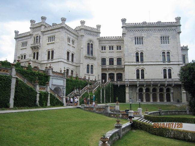 10:15分にトリエステ駅の横から出る36番のバスに乗ってミラマーレ城へ向かいました。バスの終点から海岸沿いを20分余り歩いて、漸く城門に着きます。城へ入場の前に庭園を歩いてレストハウスでコーヒータイムとしました。 城はオーストリアの若い貴公子マクシミリアンが、丹精を込めて造り上げたと云う南国風の佇まいの中に建つ白亜の城です。 休憩後、歴史博物館となっている城内を見て回りました。2時間余りを城内で過ごし帰路につきました。バス停に向かっている間に天候が急変し、丁度来たバスに乗ると同時に猛烈な雨が降ってきました。バスに乗って20分程でトリエステ駅に着いたのですが、此処では道路も濡れておらず、雨が降った様子もありません。  昼食後、ホテルを15時に出てサンジュスト聖堂とサンジュスト城のあるサンジュストの丘へバスで上がりました。 丘の上は古代ローマ時代の街の中心だったようで、神殿等もあったその名残なのでしょう、列柱が残されていました。  先ず、5~6世紀のバジリカ跡に11世紀に2つの教会が建てられ、1300年代にそれを合体して再建され、今は街のシンボルとなっていると云う聖堂へ参詣しました。 此処から隣にある城へ行き、城内や16世紀の堡塁地下で紀元前1世紀の石碑・彫像・モザイク等を見て回りました。その後城のテラスで、お茶を飲みながら双眼鏡を使って街を見たり、昨日行った電車のルートを辿ったりして2時間余りを過ごしました。 帰路はテラスにいた若者に教えられた急坂道を下り、古代のリカルド門・古代ローマ劇場跡等を見て、運河の終点近くにある東方正教のサンスピリディオーネ教会に入った。参詣を終えて運河沿いを歩き、河畔にテーブルを出していたレストランで夕食を済ませました。 食後、運河沿いの広場でタイ国の踊りが演じられているのを見物し、岸壁に行って海に沈む太陽を暫く見送った後ホテルへ戻りました。