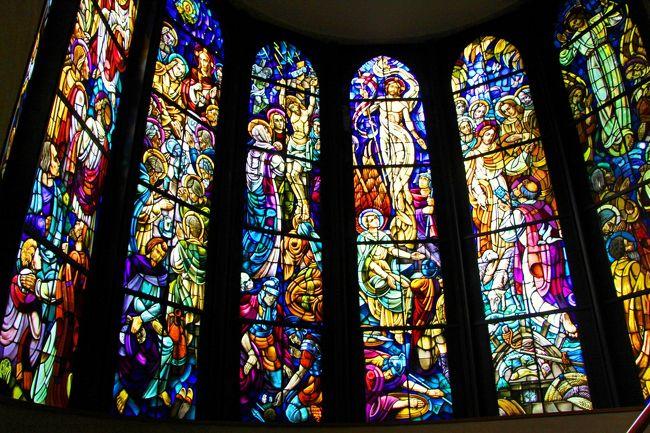 私が本格的なステンドグラスに初めて出会ったのは、二十歳の時。<br />英国Oxfordの教会で目にしたステンドグラスの美しい色彩と色ガラスが語る物語の世界に圧倒されました。<br />以来、キリスト教国へと旅する時には地方の教会へと足を運び、教派により異なるステンドグラスの文様を眺めるのが旅の楽しみの一つとなっています。<br /><br />故にステンドグラスと言えば海外!と思い込んでいましたが、意外や意外。<br />わざわざ海外まで遠出しなくとも、日本にもステンドグラスの美しい建物があるのです。<br />我が家から日帰り可能な関東圏内にもいくつかあり、11月の休日にステンドグラス巡りとして聖イグナチオ教会・東京ジャーミィ・国立科学博物館の3カ所を訪れてきました。<br /><br />そして11月の国立科学博物館と言えば、2万年前の芸術作品であるラスコー洞窟壁画の特別展が始まったばかり。<br />暗闇の洞窟の中に描かれたラスコーの洞窟壁画は、発見当時は大昔の人類が自分たちの生活風景を描いた落書きと考えられていた壁画ですが、実際はそんなに単純なものではなく、現代にも通じる美術技巧が盛り込まれているそうです。<br /><br />暗闇を恐れる猿族が初めて火という手段に気がつき獣脂燭台を作りだし、闇の中に光を持ち込んだ人類の光の歴史の始まりの場所であるラスコーの洞窟壁画。<br /><br />2万年前の人類がその可能性に気づいた灯や光の力。<br />そんな光の軌跡を辿る旅へと出かけてきました。<br />