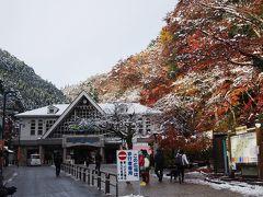 <東京紅葉散歩・1>まるで雪国! 天狗が微笑む54年ぶりの奇跡「雪と紅葉の高尾山」