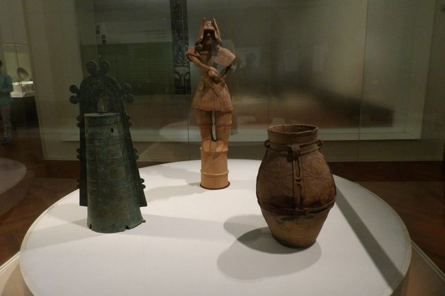 上野の東京国立博物館(東博)の本館2Fには「日本の美の流れ」と題して日本で古代から作られてきた品々が展示されている。縄文式土器から始まり、弥生式土器など、古墳時代等々、時代を追って展示がなされている。<br /> 縄文式土器や弥生式土器、銅鐸などは日本の美の原点に位置するものである。ここには展示されてはいなかったが縄文式土器である火焔式土器はその最たるものであろう。あるいは、中国・秦の始皇帝陵を守る兵馬俑と比べれば、時代は下がるにも関わらず、古墳時代の埴輪は幼稚な感を否めないが、1点だけある国宝 埴輪は丁寧に作られていようか。<br /> また、中間に国宝室があり、正に国宝が展示されている。もし、東博の所蔵品であれば写真撮影が可能である。<br />(表紙写真は縄文式土器、銅鐸、埴輪)