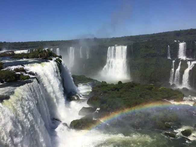 イグアスの滝はアルゼンチン側とブラジル側の二方向から見れます。<br />アルゼンチン側では水を感じ<br />ブラジル側は全体を感じる。<br />同じイグアスの滝でも表情が違う様です。<br /><br />ブラジルはビザが必要です。<br />数時間滞在の為だけにビザを取るのは<br />いかがな物かと思いましたが<br />苦労して取った甲斐がありました。