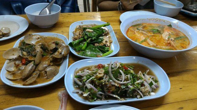 ここ数年は、お盆休みに雨季のタイにばかり行っていたので、乾季のタイに滞在したいなーと思い、短いですが、お休みを取って、3泊5日でバンコク旅行に行ってきました。<br /><br /><br /><br />2日目の夜は、タイ人のお友達と食事に行くことになり、BTSのラチャテウィー駅で待ち合わせしました。<br /><br /><br /><br />1日目<br /><br />2016年乾季のバンコク旅行1  ホテル到着&シーロムで夕食<br />http://4travel.jp/travelogue/11193213<br /><br />2日目<br /><br />2016年乾季のバンコク旅行2 ウォンイェンヤイ散策<br />http://4travel.jp/travelogue/11193225<br /><br />2016年乾季のバンコク旅行3 MRTパープルライン乗車<br />http://4travel.jp/travelogue/11193233<br /><br />★2016年乾季のバンコク旅行4 ラチャテウィーでシーフード<br />http://4travel.jp/travelogue/11193239<br /><br />3日目<br />2016年乾季のバンコク旅行5 サパンタクシン→船でさんぽ→アーリー散策<br />http://4travel.jp/travelogue/11195126<br />アヌサワリーチャイ散策、ソイランナムでマッサージ、トンローで夕食<br /><br />4日目<br />シーロムでお茶とランチ、プロンポンのエムクオーティエをぶらぶら、アソークで夕食<br />空港へ<br /><br /><br /><br /><br />〈過去のバンコク旅行記〉<br /><br />2015年 タイ旅行 バンコク編<br />http://4travel.jp/travelogue/11168166<br /><br />2015年夏タイ旅行⑦ バンコク街歩き編<br />http://4travel.jp/travelogue/11167455<br /><br />2016年夏タイ北部ドライブとバンコクの旅⑩ バンコク最終日&お土産編<br />http://4travel.jp/travelogue/11164263<br /><br />2016年夏タイ北部ドライブとバンコクの旅⑨ バンコク編 ラチャダ&ヤワラ-<br />http://4travel.jp/travelogue/11163941<br /><br />2016年夏タイ北部ドライブとバンコクの旅① バンコク到着編<br />http://4travel.jp/travelogue/11163129