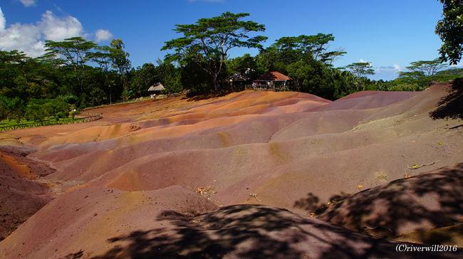 アフリカ南東部のインド洋に浮かぶ小さな島国モーリシャス。<br />「インド洋の貴婦人」と称される、美しいビーチを持つモーリシャスですが、<br />島内には七色に染まる摩訶不思議な砂丘が存在します。<br /><br />▼詳細は併せてこちらもご参照ください。<br />http://tabinomori.com/travel-blogs/africa/mauritius/mauritius/<br />