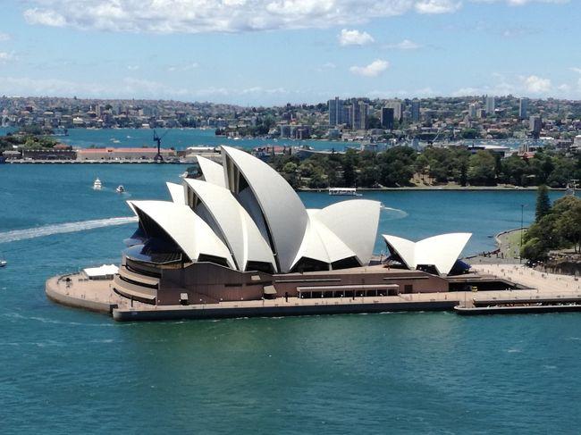 オークランドに行く乗り継ぎの6時間を利用して、初夏のシドニーを楽しんできました☆彡<br /><br />空港から市内まで20分でこの景色、シドニーは空港から市内まで近くて良いですね。<br /><br />澄んだ空にオペラハウスの白い屋根が映えます。<br /><br />のんびりしてたらビザ申請が1500円の緊急金額になってしまった。<br /><br />一か月前だったら数百円で取れたのに、二週間前でも安かった。<br />一年有効なので、こうなったら一年以内にもう一回来よう。<br /><br /><br />12/8  NH879 HND SDY 22:10 9:45(+1)<br />12/9  NZ118 SDY AKL 15:50 21:00<br /><br />12/11 NZ289 AKL PVG 23:59 07:05(+1)<br />12/12 NH922 PVG NRT 10:15 14:00<br /><br />ANA 5万マイル+諸税 9580円<br /><br />【宿泊】<br />オークランド サーファンド スノーBPS 2615円 女子ドミ4bed<br />フィティアンガ タートルコーブ アコモデーションズ 2531円 女子ドミ4bed<br /><br />【Auckland~Whiteanga】<br />インターシティー・コーチラインズ ネット予約<br />http://www.intercity.co.nz/<br /><br />往復 NZ$105(8722円)<br /><br />【レート】<br />1A$=87.5円<br />1Z$=84.4円<br /><br />クレカ支払い、キャッシングはこれより多少レートが悪かった