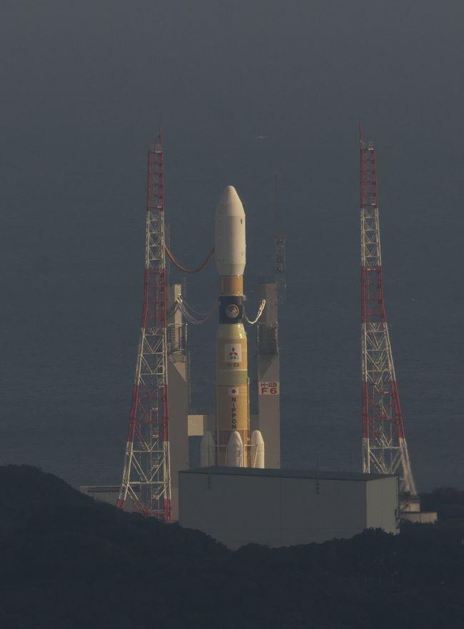 種子島でロケット打上見物。今回は2回目となりますが、はじめて行く人のために、やはり予約取りから。ながーい旅行記になるので面倒な人はスルーしてね。<br /><br />前回ははやぷさⅡのHⅡAロケットでしたが、今回はこうのとり6号のHⅡBロケット。あの固体燃料ロケットブースターが4つあって胴体が少し太くてくびれてるやつ。<br /><br />1.まずは打上予定日<br />  打上予定日はほぼ2ヶ月前に公表されますが、公表されてからでは宿とかレンタカーの予約がなかなかとりにくい。<br />そこで、公表の前に打上日を予想することは出来ないだろうか? と考えていろいろネットで情報を探してみました。ありました。<br />そのものズバリの情報はありませんが、いろいろな情報を総合してある程度特定することができました。<br />どんな方法か? 残念ですが公表できません。ノウハウを知っている人(私を含めて)のアドバンテージを侵すことになって非難ごうごうになるだろうから。<br /><br />なお、公表前の打上日の事前特定の精度としてはまあかなり高い。<br />今回のこうのとり6号の当初打上予定日は2016.10.1(午前2時頃)。打上日の公表(約2ヶ月前)より一ヶ月近く前に、9月30日~10月1日と読んでいました。<br />次は、11月1日打上予定だったひまわり9号。これも予想は11月1日とドンピシャ。<br />そして、今回のこうのとり6号がメカトラブルで打上延期になったあとの再設定日も、実際は12/9だったけど公表の2週間くらい前から12/6~7と読んでいました。多少ずれましたが、予約を長めに取っていたので12/9は予約の中に入っていました。<br />いずれにしてもかなりの精度で予想することが可能で。それが出来ると宿なんかの予約がかなり取りやすくなります。<br /><br />2.予約取り<br /> ロケット見物の予約でまず最初に埋まってゆくのがレンタカー、宿、鹿児島→種子島の飛行機。<br />今回は打上日公表の前にほぼ特定できていたので楽でした。<br /><br />まずは宿。種子島にいろいろ民宿やらホテルやらあるし値段もまちまち。<br />今回狙ったのはビジネスホテルの素泊まり。<br />ただし、天候による打上延期にも対応できるようある程度延長したスケジュールで予約を取ることになる。そして天候の状況を見ながら延長部分をキャンセルしてゆくことになる。今回は12/5~12/10くらいのスケジュールで最初予約して、打上日公表後に12/9~の予約に変更。天気予報を見て「晴れ」が続いていたので打ち上げ延期ないと踏んで、打上日3日前くらいに12/10(打上日)以降の予約をキャンセル。<br />レンタカーもほぼ同じようにして予約を調整。これで宿と現地の足となるレンタカーを確定。<br /><br />次が往路。住所地から鹿児島までの飛行機はいつでも予約できる。ただし、出発時間帯によってチケット代が3倍以上高くなるので、一番安い夕方発の便を予約。打上日の前日(12/8)の夕方の便で鹿児島着にして、その日は鹿児島の安ーいビジネスホテル(素泊まり3000円前後で数件あり)で一泊。<br />翌朝高速船で種子島へ という予約内容。<br />これでも12/9昼間の飛行機で鹿児島行くよりかなり安い。<br /><br /><br />そして帰りの予約。<br />打上日(12/9)の翌日(12/10)すぐに帰るとして、種子島→鹿児島の飛行機の予約。2ヶ月前の応当日の9:30から予約可能ということで、10/10 9:20くらいからパソコン前で準備していたけど、9:30に画面を更新して予約画面を表示させたらすでに12/10の朝一の便は満席。<br />ちなみに、行きの12/9の鹿児島→種子島の飛行機も、12/9の9:30に画面が更新になるとすでに全便満席でした。<br />どうなっとるねん。関係者が先にすべて押さえたか。<br />ま、12/10は種子島観光して帰る手もあるので、12/10午後の便を予約。<br />予約開始日ならこんな予約取りもできるということらしい。<br /><br />3.いよいよ出発 鹿児島へ<br /> 12/8 夕方発の飛行機で鹿児島空港へ。1時間ちょっとで鹿児島空港着。<br />予定では30分ほどの待ち合わせで鹿児島市内行きのバスがあるはず。<br /><br />預けた荷物を受け取って空港をでるとすぐそこがバス乗り場。<br />鹿児島市内(天文館通り)までの運賃1420円だったかな、自販機で購入。<br />すぐそこのバス停に止まっていたバスで天文館行きを確認して乗り込みました。スーツケースは