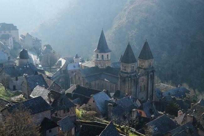 """今回のフランス訪問にあたって絶対に譲れない場所がいくつかありました、、<br />そのひとつ、、<br />ミディピレネー地方の<br />「フランスの最も美しい村」&「サンティアゴ デ コンポステーラ」の巡礼地巡り、、<br />カルカソンヌを出発したkuritchi達は<br />1泊2日でその""""譲れない""""ミディピレネーを巡ります、<br /><br />【 1日目 】<br />""""譲れない""""場所の中でも更に""""絶対に目にしたい場所♪""""その2<br /><br />「サンティアゴ デ コンポステーラ」の巡礼地にして<br />世界遺産「サント フォワ教会」を有する<br />「フランスの最も美しい村」 コンク(Conques)<br /><br />コンクとロカマドゥールのどちらの村で宿泊するか大いに迷いましたが、、<br /><br />トゥールーズ(出発) ⇒ アルビ(Albi)<br />⇒ コルド シュル シエル( Corders sur Ciel )<br />⇒ ◎ コンク(Conques)<br />「オーベルジュ サン ジャック(Auberge Saint Jacques)」泊<br /><br />アルビ(Albi)編<br />http://4travel.jp/travelogue/11183458<br />コルド シュル シエル( Corders sur Ciel )編<br />http://4travel.jp/travelogue/11194409<br />コンク(Conques)編<br />http://4travel.jp/travelogue/11199588<br /><br />【 2日目 】<br />コンク(Conques) ⇒  ロカマドゥール(Rocamadour) <br />⇒ サン シル ラポピー(St Cirq Lapopie )⇒ カオール(Cahors) <br />⇒ トゥールーズ(Toulouse)<br /><br />ロカマドゥール(Rocamadour) 編<br /> (聖域)<br />http://4travel.jp/travelogue/11213284<br /> (十字架の道行坂)<br />http://4travel.jp/travelogue/11213286<br />サン シル ラポピー&ちょっとだけカオール編<br />(St Cirq Lapopie )   (Cahors)<br />http://4travel.jp/travelogue/11216299<br /><br /><br /><br />Voyages a la Carte ボヤージュ アラカルト<br />トゥールーズ発着ツアー<br />ミディピレネーの美しい村 決定版(1泊2日)に参加<br />http://www.voyages-alacarte.fr/jp/content/view/839/461/<br /><br />表紙写真は朝靄の残る「フランスの最も美しい村」コンク(Conques)<br /><br /><br /><br /><br />"""