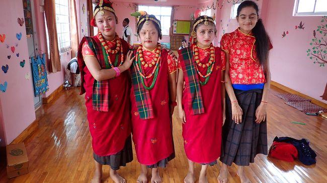 ネパールの第2の都市ポカラに知的障害者の施設セワケンドラを作った友人とともに<br />毎年日本で集めた寄付や支援物資などを持ってネパールを訪問します。<br />今年も行ってきました。<br />知的障害者の施設の子供たちとたくさん遊んで来ました。<br />楽しみに待っている子供たちがいるのでやめられないんですよね~<br />ちょうど、女性だけのお祭り、ティーズのお祭りにも出ることができて<br />とっても楽しいネパールでの滞在でした<br /><br />今年は帰りにバンコクに立ち寄りプーケットの友人と合流<br />ちょっぴり骨休みもしてきました。<br /><br />利用便:ANA 羽田⇔バンコク<br />    タイ航空 バンコク⇔カトマンズ<br />    ブッダエアー ポカラ→カトマンズ<br /><br />宿泊:ポカラ:セワケンドラ<br />   バンコク ホリデーインバンコク<br />        インターコンチネンタルバンコク