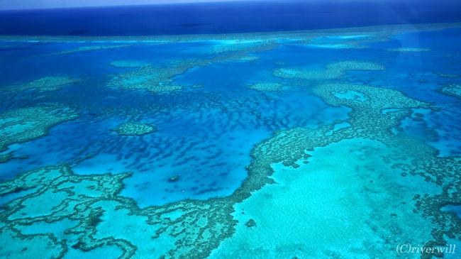 地球の至宝・グレートバリアリーフ。<br />宇宙からも見えるというその巨大さは、日本の本州がすっぽり入るほどの大きさ。<br />サンゴ礁だけではなく多様な海洋生物による複雑な生態系を持つことから、「地球最大の生命体」と言われています。<br /><br />グレートバリアリーフの海域には、かつて不動産のCMでも話題になったホワイトヘブンビーチやハートリーフもあります。<br /><br />今回はセスナによる遊覧飛行で海上から眺めてみました!<br /><br />▼詳細はこちらも併せてご覧ください。<br />http://tabinomori.com/travel-blogs/oseania-micronesia/australia/east-australia/<br />