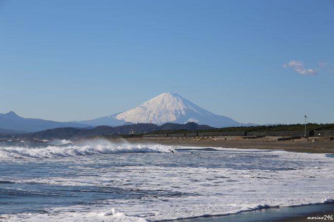 このところ良い天気にもかかわらず富士山にはお目に掛かれないことが続いていたので、何とか、年内に富士山の写真を撮りたいと思っていました。<br />この日は、風もあって気温も低いので、富士山がくっきりと見えるのではないかと期待して出掛けました。<br />まず、向かったのは茅ヶ崎、東海道線の車窓から富士山が見えて、ほっとしながら海岸へ急ぎました。<br />その後は、夕暮れの富士山を見たくて、久々に鎌倉稲村ヶ崎へ。<br /><br />今年の旅行記は、二宮・吾妻山の菜の花と富士山でスタートし、最後もこの旅行記の富士山で締めくくるつもりです。<br />「吾妻山の菜の花と富士山」はこちらです。<br />http://4travel.jp/travelogue/11090905<br /><br />富士山の写真ばかりですが、宜しければご覧ください。<br />
