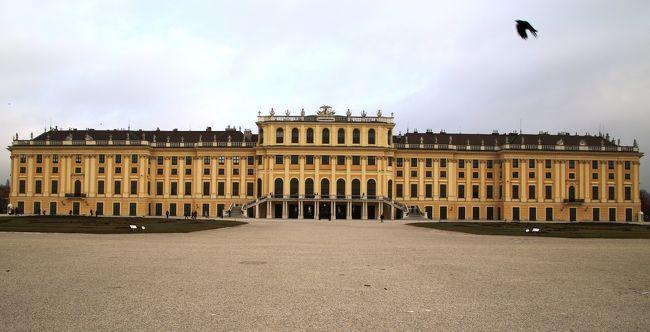 マリアテレジアイエローのシェーンブルン宮殿<br /><br />初ウィーン、ホテルエンジアーナに宿泊後マリアテレジアイエローのシェーンブルン宮殿