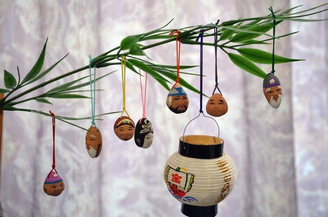 お正月恒例となった七福神めぐり。<br /><br />今年は深川の七福神を巡った。<br />深川七福神は、深川神明宮の寿老神から富岡八幡宮の恵比須神まで、三つの神社と四つのお寺を巡った。<br />七福神めぐりには、色紙にスタンプを貰う、御朱印をもらう、記念品をもらうなどがある。<br />昨年は横浜で宝船に七福神を飾ったが、今回は福笹に七福神の土鈴を集めた。<br />土鈴の七福神は、可愛いお顔で福笹に吊り下げられた。<br /><br />(1)寿老神 <深川神明宮><br />(2)布袋尊 <深川稲荷神社><br />(3)毘沙門天 <龍光院><br />(4)大黒天 <円珠院><br />(5)福禄寿 <心行寺><br />(6)弁財天 <冬木弁天堂><br />(7)恵比須神 <富岡八幡宮><br /><br />過去の七福神めぐりはこちらです。<br /><br />「亀戸七福神めぐり」  2019年<br />https://4travel.jp/travelogue/11440574<br />「日本橋七福神めぐり」 2018年<br />http://4travel.jp/travelogue/11317500<br />「深川七福神めぐり」 2017年<br />http://4travel.jp/travelogue/11203330<br />「横浜七福神めぐり」 2016年<br />http://4travel.jp/travelogue/11090687<br />「横浜 鶴見七福神めぐり」 2015年<br />http://4travel.jp/travelogue/10969048<br />「川越の七福神めぐり」 2007年<br />http://4travel.jp/travelogue/10308829