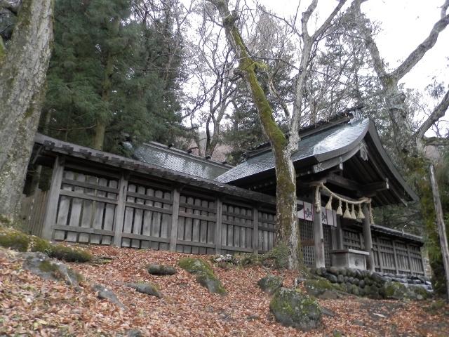 現在の日本は47都道府県に分かれてますが、江戸時代までは六十余の州で構成されていました。<br />各州ごとに筆頭の神社があり、これらは「一之宮」と呼ばれています。<br />その「諸国一之宮」を公共交通機関(鉄道/バス/船舶)と自分の足だけで巡礼する旅。<br />今回は信濃国(長野県)の諏訪大社を訪ねました。<br />諏訪大社は上社と下社に分かれ、さらにそれぞれが前宮と本宮、春宮と秋宮に分かれています。<br />最後は茅野市にある上社前宮です。<br /><br />【諏訪大社[すわたいしゃ] 上社前宮[かみしゃまえみや]】<br />[御祭神] 八坂刀売神(やさかとめのかみ)<br />[鎮座地] 長野県茅野市宮川2030<br />[創建]不詳
