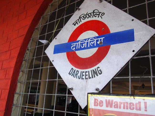 正月休みにインドの北の方、ネパールとブータンに挟まれた辺りのシッキム州とお茶で有名なダージリンに行ってきました。<br /> 昔テレビでみたダージリン鉄道に「いつか乗りたい!」という思いがあり、今回は夢がかないました。<br />日本からはコルカタを経由しました。<br />景色も人も食べ物も素敵でとっても良い正月休みになりました。