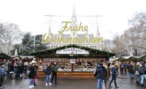 ウィーン市庁舎前クリスマスマーケットでGluehweinグリューワイン(砂糖やスパイスで煮たてたワイン)を楽しむ