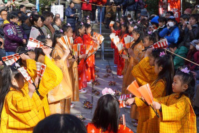 チャッキラコは、毎年、小正月というのだそうですが、1月15日に行われるお正月明けの行事。大漁祈願の祝いの踊りであり、ユネスコ無形文化遺産にも登録されています。<br />ただ、正直、規模は小さくて、三崎の地域限定のお祭り。20人くらいの小さな女の子の集団が主役となって。海南神社ほか、町内の何か所かを巡り、それぞれの会場で踊りを披露します。<br /><br />踊りは、ハツイセ、チャッキラコ、二本舞い、よささ節、鎌倉節、伊勢参りの六種類。それぞれ特徴があるといえばあるのですが、気が付かなければ、同じ踊りが続いていると見えなくもない。テンポも振り付けもそこまで目立った違いはないかもしれません。<br />踊り手は、チャッキラコという道具や扇などを使って、ちょっとはにかみながら。かわいらしく踊ります。