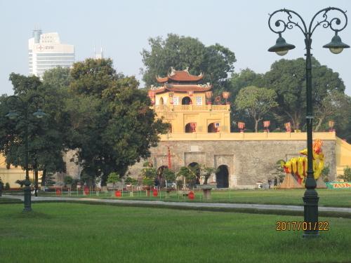 現在ベトナムはハノイが首都ですが、11世紀から19世紀初頭までは、タンロンが首都で、ここタンロン城に歴代皇帝が居城していました。ハノイ市街地にあるので便利です。ホーチミン廟からは、少し頑張れば歩いて行けます。遠くから端門を眺めただけ、世界遺産区域は端門から正北門までとなっています。端から端まで歩いて15分程度です。残念ながらタンロン(昇龍)城を見たかったが時間が有りません。タンロン遺跡内にある軍事歴史博物館の入口を覗いて終わりです。