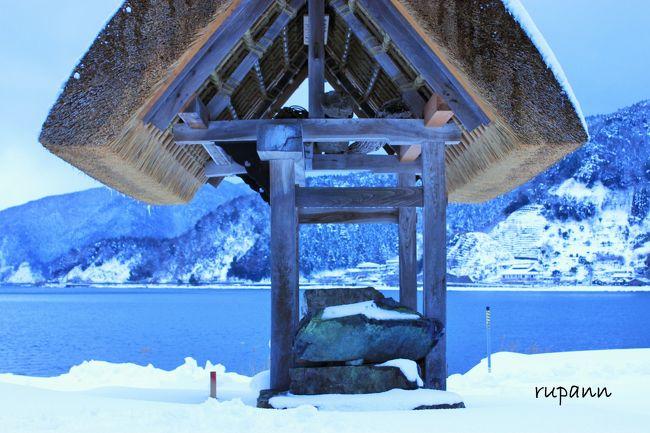 寒波到来 湖西線は遅れてるだろうな~永原駅へ<br />雪景色の隠れ里 菅浦集落に逢いたくて 再訪しました。<br /><br />奥琵琶湖へ 隠れ里 菅浦集落(時の回廊)散策編<br />http://4travel.jp/travelogue/11145875<br /><br />琵琶湖の北端は「奥琵琶湖」と呼ばれ、湖岸まで山がせり出している<br />その地形は北欧のフィヨルドのような美しさ。<br />永原駅から南に下がり、湖に映る木々が美しい並木通りを進むと<br />「隠れ里」と称される菅浦に辿り着きます。<br />平地が少ないために岬の沿岸に集落が密集しています。<br />琵琶湖と山並みに囲まれた自然豊かな地域で<br />ここに住む菅浦の人々は古代より漁業や林業など様々な生業によって<br />生活をする独特の文化を築いてきました。<br />中世には全国でもいち早く。<br />惣(そう)と呼ばれる自治的村落をつくり<br />村としての結束を深く結んでいました。<br />鎌倉時代から江戸時代にかけての集落の動向を記した<br />「菅浦文書(重要文化財)」が残っています。