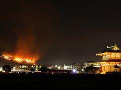 古都、奈良の夜空を彩る若草山の山焼き