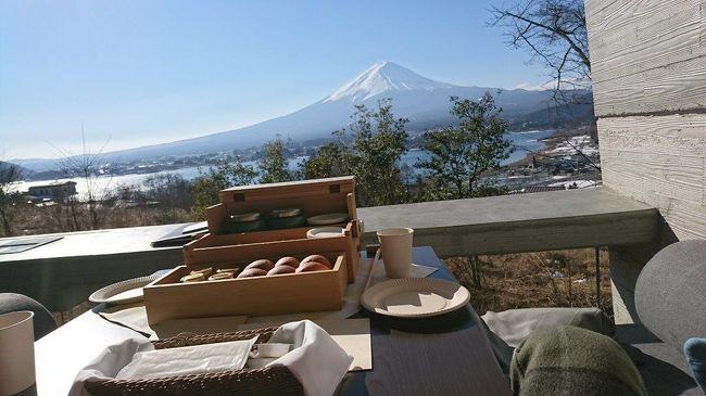 いつかの日経新聞で、グランピングリゾート東日本 一位に挙げられていた『星のや富士』。<br /><br />いいお値段だけども、本当にお値段以上?<br /><br />&quot;グランピング施設で部屋を使い倒そう!&quot;<br />という矛盾に満ちた決意を胸に、2泊3日で出掛けてきました。<br /><br /><br />結論としては、ファミリーでワイワイ行くなら夏でもいいかもしれないけれども、大人だけでゆっくり、グラマラスに過ごしたいなら、間違いなく冬に行くのが絶対にお勧め!<br /><br />目の前の富士山も、夏の可視率は2割~3割程度らしい。<br />このロケーションで富士山が見えないなんて、パスタのないイタリアン、お味噌汁の出ない和食くらい、ありえない!<br /><br />------------------------------------------------------<br />今回の星のや富士は陸路ですが、、、私は沖縄旅行の半分以上はマイルで行ってます。<br />「友人に教えたい。通勤時間を活用してマイルでビジネスクラスに乗ってハワイに行く方法。」<br />http://ameblo.jp/pega-22/entry-12243193003.html<br /><br />そして、いつもはホテルはシェラトンやマリオット系列ばかりです。何故ならば、、<br />『SPGアメックスカード を発行する人が続出。その絶大なるメリットと&quot;今すぐ&quot;作る理由とは。』<br />https://ameblo.jp/pega-22/entry-12247590460.html<br />---------------------------------------------------<br /><br />でも、この星のや富士は本当にオススメ。<br />それなりのお値段なので、もちろんSPGアメックスで決済して、次回のホテルライフに役立てました(笑)