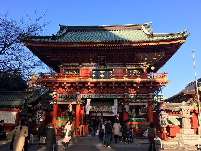 昨年からずっと見たかったラスコー展(http://lascaux2016.jp/)を見に、上野公園の国立科学博物館に行った後、天気もいいしちょっとプラプラ散歩。<br /><br />上野駅から東京駅方面に向かって当てもなく進んでいると、途中「神田明神」の看板が目に入り、そういえば神田明神って行った事無いなと。<br />加えて、フォローさせていただいているG☆トラベラーさんが、神田明神付近を旅行記に書かれていたのを思い出し、今回街歩きの目標がこれで設定完了しました。<br /><br />その後は、すぐ側にあるこれも行った事無かった湯島聖堂や、たまたま見かけたかんだやぶそばと進み、最後東京駅までをサクッと旅行記にまとめてみましたので、ご覧いただければと思います。<br /><br />おまけ)神田明神ってエリア秋葉原になるんですね。微妙・・・