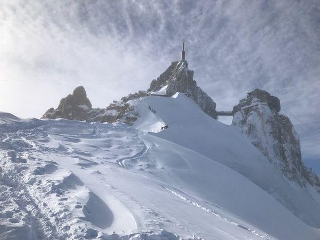 昨年同様、フランス、シャモニーにスキー旅行に行きました。<br /><br />1/30 成田空港発ーパリ・シャルルドゴール空港着(空港近くホテル宿泊)<br />  31 パリ・シャルルドゴール空港発ースイス・ジュネーブ空港着<br />2/1  Grands Montets<br />  2  Glands Montets<br />  3  Glands Montets<br />  4  Chamonix散策<br />  5  Glands Montets<br />  6 Le Houches<br />  7 Courmayeur in Italy<br />  8  Brevent<br />  9  Grands Montets<br /> 10  Vallee Blanche<br /> 11  Chamonixからバスで移動→スイス・ジュネーブ空港<br />    (空港近くホテル宿泊)<br /> 12 スイス・ジュネーブ空港ーパリ・シャルルドゴール空港<br />    パリ・シャルルドゴール空港ー<br /> 13  成田空港着<br /><br />行き帰りとも飛行機は、エールフランスを利用。<br />曇や雪の日もありましたが、スキーを思う存分楽しめました。<br /><br />こちらの旅行記は、Vallee Blanche(ヴァレブランシュ)氷河滑走コースへ<br />ガイドさんと行った時の様子を紹介します。<br /><br />滑走距離約20km。<br />エギューイディミディを11:00頃出発。<br />モンタンベールに16:00頃到着。<br />途中、山小屋でランチを摂りました。<br /><br />深い雪のオフピステに苦戦しつつ、<br />雲が多く、途中吹雪の様な時もあり、<br />良い景色の中とは行きませんでしたが、<br />無事にゴールする事が出来ました。<br />ガイドさんには、大変お世話になり、<br />感謝しています。<br />オフピステでの練習がもっと必要なのと、<br />体力も不足している事を、充分に感じました。<br /> <br />それでも、いい経験となりましたので、<br />天気の良い時に、また行ければと思っています。<br /><br />