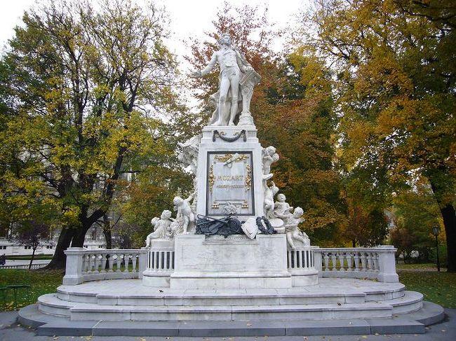 今回は、プラハ・ウィーン・ブダペストの中欧3ヵ国の都市を列車(インターシティ)で巡る旅です。じっくり街歩きしたいので、団体ツアーではなくフリーステイで回ることにしました。秋の中欧、どんな風景に出逢えるか楽しみです。<br /><br />詳しい内容は、こちらをご覧下さい。<br /> ⇒http://000worldtour.web.fc2.com/014_wien_01.html