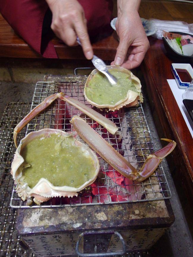 浜坂は松葉がにの漁獲高日本一の町。その浜坂で評判の良い澄風荘さんで大きなタグ付き活け松葉がにのコースをいただきました。<br /><br />時期によって価格は変動しますが、2月は平日税込24,800円、休前日26,000円でした。大きな活松葉が一人につきほぼ2杯で以下のコースをいただきます。<br /><br />かに刺しと焼きがに(約1杯)<br />かにしゃぶ(約1杯)<br />かに味噌甲羅焼き(甲羅酒用のお酒1合付き)<br />雑炊<br />デザート<br />公式ホームページから予約するとワンドリンクサービスです。<br /><br />かにソムリエとはカニの目利き・調理法の他、浜坂のある新温泉町の歴史や文化、接客などの研修を3年間重ねて試験を受けて初めて認定されるそうです。<br />浜坂観光協会http://www.hamasaka.com/kanisommelier/index.html<br /><br />澄風荘さんには4名のかにソムリエがおられるとのこと。この日お会いしたのはご主人と女将さんと、もう1名の方でした。表紙写真のカニミソを混ぜてくれているのはかにソムリエを目指して修行中の方です。<br /><br />「ほぼ2杯」と書いたのは甲羅を1つしか食べられなかったため。<br />甲羅焼きおかわりはメニューにないのかな…