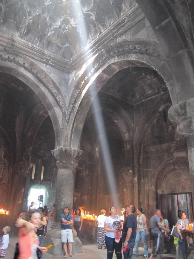 コーカサス三国とギリシャを巡ってきました♪<br /> アゼルバイジャンのバクーから、ジョージア(旧名:グルジア)、アルメニアと巡り、最後にチョコッとギリシャ見物に立ち寄った3週間の旅でした。<br />■全体の日程はこちら→http://4travel.jp/travelogue/11219774<br /><br />- - - - - - - - - - - - - - - - - - - - - - - - - -<br />【11日目】エレバンから日帰りで、ガルニ神殿とゲガルド修道院に行ってみた。<br />ゲガルド修道院は、規模もそこそこあり、スゴイ見ごたえがあった。<br /><br />【交通費】<br />D11 7/17日<br />・メトロ、100ドラム≒25円×2回<br />・エレヴァン駅1055~メルセデスBS1120(マルシュルートカ9番,100ドラム≒25円)<br />・メルセデスBS1125~ガルニ神殿1200(Bus266番,250ドラム≒60円)<br />・ガルニ神殿1330~ゲガルド修道院1410(ヒッチ,無料)<br />・ゲガルド修道院1522~途中まで1530(ヒッチ,無料)<br />・途中から1552~メルセデスBS1640?(Bus284番,250ドラム≒60円)<br />・メルセデスBS1700~エレヴァン駅(マルシュルートカ73番,100ドラム≒25円)<br /><br />※入場料:ガルニ神殿 1,200ドラム≒280円<br /><br />※レート:アルメニア 1ドラム=0.228円。