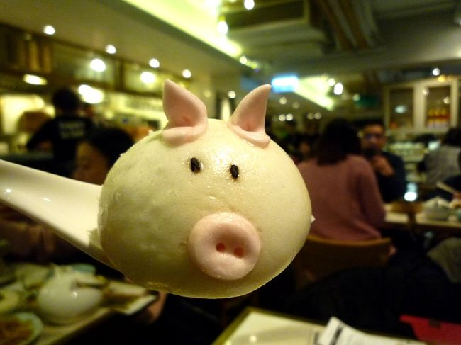 毎年この時期に一緒に旅行しているMちゃんが、抜群の嗅覚でまたもお得なツアーを見つけてくれました。<br />今回の行き先は、約3年ぶりとなる香港。<br /><br />いつもより少し短い旅だけど、日本では食べられない香港フードに舌鼓を打ち、懐かしいトラムに揺られ、人で溢れかえる街に香港のエネルギーを感じ、楽しくリフレッシュしてきました!<br /><br />今回の日程は以下の通りです。<br />2月25日(土)HX603 8:30 関空出発 → 11:50 香港到着<br />2月27日(月)HX602 3:00 香港出発 → 7:00 関空到着<br />宿泊先:Hilton Garden Inn<br /><br /><br />
