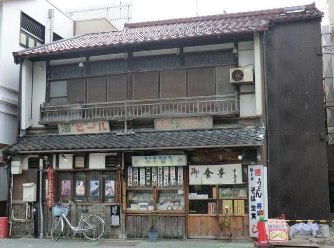 第56部-248冊目  1/4<br /><br />皆様、こんにちは。<br />オーヤシクタンでございます。<br /><br />春の青春18きっぷの季節がやって来ました。<br />さて、どこに行こうか‥<br />解禁日の3月1日、琵琶湖の夕日を見ようと鈍行列車を乗り継いで滋賀県に行って来ました。<br />拙い旅行記ですが、ご覧頂けたら幸いです。<br /><br />表紙写真‥120年の歴史を持つ駅前食堂「中島屋食堂」。<br /><br />━━━━━━━━━━━━━━━━━━━━<br />平成29年3月1日(水)~2日(木) 1泊2日<br /><br />3月1日(水) 第1日目 曇り<br />①京浜東北線.大宮行<br />鶴見.4:32→川崎.4:36<br />↓<br />②普通721M.熱海行<br />川崎.4:45→熱海.6:15<br />↓<br />③普通423M.島田行<br />熱海.6:20→沼津.6:39<br />↓<br />④普通2731M.浜松行<br />沼津.6:48→浜松.9:00<br />↓<br />⑤普通921M.豊橋行<br />浜松.9:10→豊橋.9:45<br />↓<br />⑥新快速2309F.大垣行<br />豊橋.9:51→大垣.11:17<br />↓<br />⑦普通223F.米原行<br />大垣.11:42→米原.12:17<br />↓<br />⑧新快速3444M.長浜行<br />米原.12:30→長浜.12:40<br /><br />━━━━━━━━━━━━━━━━━━━━<br />青春18きっぷ(1日分)‥2370円<br />翼果楼‥900円<br />中島屋食堂‥800円<br /><br />━━━━━━━━━━━━━━━━━━━━<br />〔プロローグ〕<br />今年も青春18きっぷ(春)の季節がやって来た。<br /><br />青春18きっぷとは、JRを走る快速と普通列車が全国.1日×5回.乗り放題で11850円。<br />青春と名がついているが、年齢制限はなく、僕のような中年も使う事ができ、あるトラベラーは「魔法のきっぷ」と称賛するすばらしいきっぷである。<br /><br />だが、このきっぷを買う時、それなりの試練を覚悟の上で買わなくてはならない。<br />‥と言うのは、僕は「どこまで乗っても一日乗り放題」の言葉につられてしまう。<br /><br />〇〇放題‥<br /><br />僕はこの言葉に弱かった。<br />食べ放題と聞くと、たくさん食べて元をとらねば‥と、腹がはちきれんばかりに食べてしまい、乗り放題‥となると、始発列車からたくさん乗らないと損と思ってしまうのである。<br /><br />僕が若い頃は、青春18きっぷの旅と言うと、のんびり鈍行列車の旅と言うイメージが強かった。<br />たとえば、東北に行くとしよう。<br />黒磯以北は旧型客車か急行用車両のお下がりが多く、クロスシート車が当たり前だった。列車は最低4両はあったからギュウギュウ詰めになる事もなく、駅弁を食べ、酒を飲みながら東北の風景を眺める事ができた。<br />どの列車にもトイレがあったからトイレの心配も無用だった。<br />長時間停車の駅では、立ち食いそばをすする事が出来、のんびりしたものだった。<br />鈍行旅とはそんな旅だったのである。<br /><br />しばらく青春18きっぷの旅から遠ざかった時期があったが、40代になってから再び鈍行旅の土俵にあがるようになってしまった。<br />今の鈍行旅は、僕が若い頃の鈍行旅と様子が全く変わってしまっている。<br />再び、東北に行くとしよう。<br />関東平野を抜けて、黒磯駅で待ち受けていたのは701系と言う電車だった。<br />車内は通勤電車と同じオールロングシートで、2両しかないから車内は混みあっている。<br />トイレがない事もある。<br />トイレがあったとしても、混みあった車内では容易にトイレに行く事もできない。<br />東北の風景を眺めながら、駅弁を食べ、酒を飲むなんて言う事は許されなくなってしまったのである。<br />区間運行が多くなり、乗り換えが多くなった。<br />接続がある程度考慮されたダイヤになっているのは良いのだが、座りたい考えはみんな同じで、乗換駅では席取り合戦に挑まなくてならない。<br />ロングシートに耐え、食料確保やトイレの心配も必要だ。<br />今の鈍行旅はそんな旅になってしまった。<br />若い20代ならそれでも良かったのだが、40代になると体が重く、若い乗り鉄君のパワーに負けてしまうのである