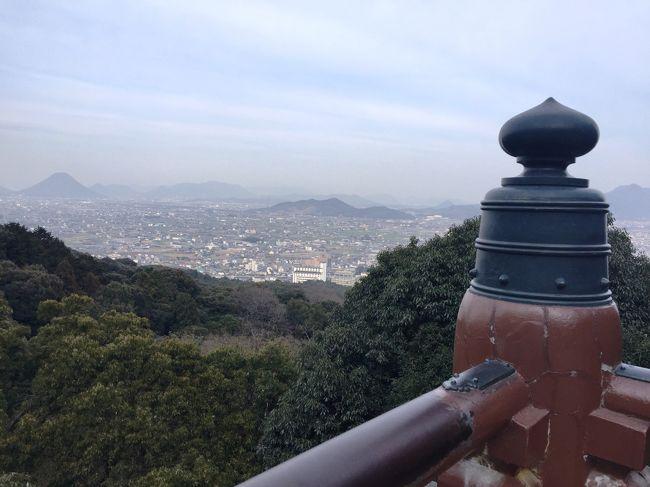 前から気になっていたJALの「どこかへマイル」<br />6,000マイルを使って指定されたところへ指定便で行くのですがとってもお得です<br /><br />選んだ4つの都市から決定したのはうどん県で人気が出てきた香川県<br />1泊しかできないので少々弾丸ではありましたが楽しめました<br /><br /><br />行き 2/16(木) 羽田 11:40発 JAL479 高松 13:00着<br />帰り 2/17(金) 高松 15:45発 JAL482  羽田 17:00着<br /><br />1日目 高松空港~バスにて金毘羅宮~高松駅ホテル(泊)<br />2日目 高松港~高速艇にて小豆島~バスにてオリーブ公園~高速艇にて高松港~リムジンで高松空港へ<br /><br /><br /><br /><br />