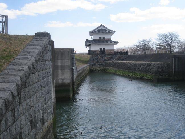 ずっと行きたかった桑名城跡に行きました。<br />お城跡は遺構が少なく公園みたいな感じでした。<br />水量豊富な広いお濠が良かったです。<br />あと、お城以外にも七里の渡しや六華苑とか観てきました。<br /><br /><br /><旅程><br />3/11(土)<br />・JL0201 羽田(08:05)⇒ 中部(09:05)<br />・バス(三重交通) 中部(10:00)⇒ 桑名駅前(11:15)<br /> 桑名市内観光<br />・JR東海 桑名(13:28)⇒ 名古屋(14:00)<br /> ナゴヤドーム、大須観音<br /> 飲み会<br /><br />03/12(日)<br />・JR東海 名古屋(10:19)⇒ 熱田(10:26)<br /> 熱田神宮<br />・名鉄 神宮前(11:38)⇒ 名鉄名古屋(11:46)<br /> 飲み会<br />・名鉄 名古屋(19:31)⇒ 中部国際空港(20:06)<br />・JL208 中部(20:45)⇒ 羽田(21:45)<br /><br />宿泊:ヒルトン名古屋<br />   QUEEN HILTON GUESTROOM 22500円<br />