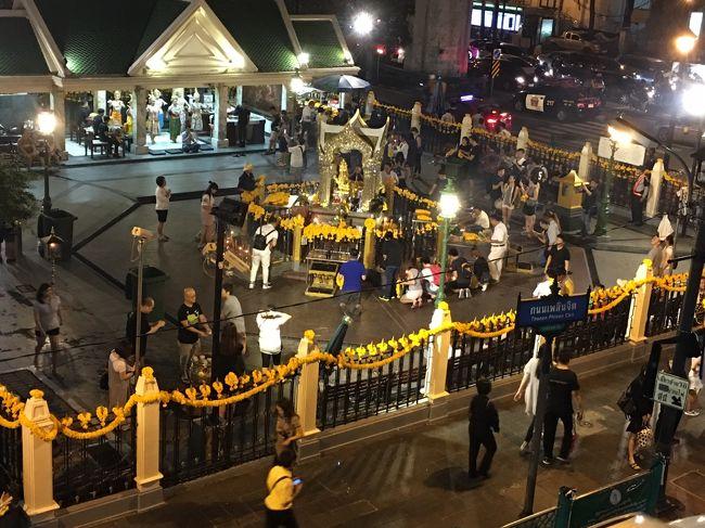 微笑みの国 バンコクへ<br /><br /> バンコクは昨年の1月以来2回目の渡航です<br /><br />先月13日 プミポン国王様がお亡くなりになり喪中のバンコクですが<br /><br /> どんな感じだろうか?<br /><br />今回 現地にお住まいの方のブログを参考に日程を練りました <br /><br /> ブログの方の情報では<br /> タイ政府からの通達により1年間の服喪期間に入り 服喪期間中は、多くのタイ人が黒と白を基調とした服装となるため、不慮の事故に巻き込まれないよう<br />旅行者も白黒モノトーンの服装がベスト <br /> と言う事でしたので私達もモノトーンで出掛けます<br /><br />今回はニューハーフショーへ行ったりと面白いバンコク珍道中になりました♪<br /><br />↓旅ブログ↓<br /><br />http://blog.goo.ne.jp/maki-mugler/e/922f02c957b221943e4b3e392c6269b6<br /><br />