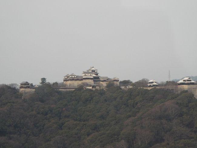 今日は、松山観光2日目、昨日は「道後温泉」と「坊ちゃん列車」を楽しみました。今日もJR松山駅近くの「電車のりば」からスタートします。予定コースは、「道後公園湯築城跡」、「秋山兄弟生誕地」、「松山城」、「坂の上の雲ミュージアム」、「萬翠荘」です。