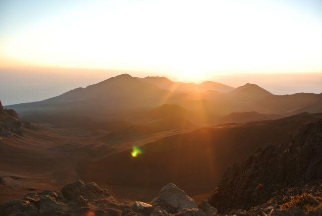 旅の6日目。<br /><br />マウイ島で一番の目的地。<br />ハレアカラのサンライズを見に行ってみたいと思います。<br />ハレアカラ山は国立公園で、ここでのサンライズはとっても有名なのです。<br />その有名なハレアカラクレーターはめちゃくちゃ巨大で、直径11.25 km(7マイル)、幅3.2 km(2 マイル)、深さ約800 m(2,600 フィート)もあるのです。<br /><br />そんな神聖なハレアカラ山ですが、実は車のまま、州道378号線で頂上まで行けちゃって、その頂上展望台から神々しいサンライズを拝めるとあって、めちゃくちゃ観光客でごった返すのです。<br />ただそんな条件であっても絶対に行くべき山。<br />ハレアカラ。<br />(2017年2月1日より、ハレアカラ山頂からサンライズを観賞するためには事前予約が必要となりました。予約は入園予定日60日前から可能、予約料金は1台につき、$1.50です。対象は個人の乗用車及びレンタカーとなりますのでご注意を)<br />予約はこちらから<br />https://www.recreation.gov/tourParkDetail.do?contractCode=NRSO&amp;parkId=147940<br /><br /><br />こんなダイナミックなサンライズはなかなか見ることが出来ません。<br />改めて自然てすごいなぁ、と思うてつやんなのでした。