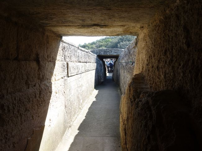 ポン・デュ・ガールの第3層(水道水が走る部分)を歩かせてくれました。予約と特別料金がいるのかも知れません。この部分,水道水は基本的にトンネルとなっています。なぜ,覆いがあるのでしょうか。通常の水路のように,覆いがなくてもいいように思いますが。橋の強度の関係でしょうか。分かりませんでした。