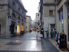 アヴィニヨン。Place de Change を散歩・買物し,法王庁そばで夕食をとる。