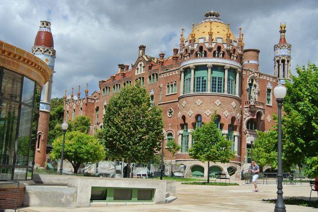 カタルーニャ音楽堂と並ぶモンタネールの代表作です。<br /><br />おとぎの国のお城みたいで、今の病院の感覚からするとちょっと信じられな<br /><br />いような装飾の数々。<br /><br /><br />2009年までは実際に病院として使われていて、実用的に改修されていた<br /><br />のを再度オリジナルに戻したそうです。