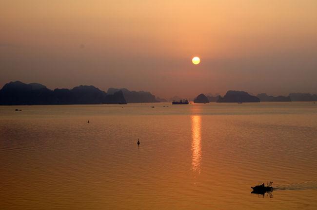海外旅行の行き先は、欧州へ行くのが殆どで、東南アジアへ旅する機会は余りありません。シンガポール、マレーシア(マラッカ、ジョホールバル)程度です。今回は、ハロン湾の写真を撮りたくてベトナム・ハノイへ出かけました。又、久しぶりの旅行会社のツアーです。往復ともANAのビジネスクラス、宿泊ホテルは5つ星と、個人旅行では散財することは殆どないグレードです。<br /> 参加グループは、我々夫婦を含めて7名、メンバーに恵まれて久しぶりに和気藹藹とした日々を過ごすことが出来ました。又、現地添乗員も申し分なく、食事も美味しく、現地人の我々に対する応対も心地よく、リーズナブルな旅行費用となりました。難を云えば、ハロン湾の写真撮影には時期的に遅く、気温の上昇でカスミが掛かり、抜けの良い写真が撮れませんでした。次回は11~12月に再訪したいと思います。