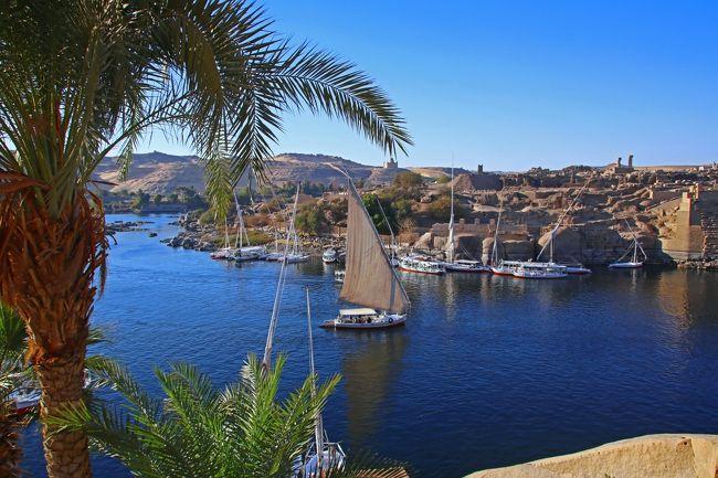 ここ毎年恒例となっている世界の絶景旅、次はエジプトです。<br /><br />夏のバカンス、ボラカイ島旅行が終わり、さて次はどこに行くか。<br />いろいろ考えていると、ふと目にした旅行会社のパンフレットにエジプト旅行再開の文字が。そういえば、昔はあんなに人気があったエジプト旅行ですが、最近は話をとんと聞きません。なんでも、2011年のジャスミン革命以降、国内のツアー会社はほぼ自粛状態にあったようですが、2016年に入りエジプトの主要観光地の危険度情報がレベル1まで低下したため、徐々に再開されているようでした。<br />しかも、再開から間もないため、ホテルなどは格安。人気のあったころでは考えられないようなお得なプランが沢山出ています。<br />ということで、当初は久々に大手会社のパッケージツアーに申し込んでいましたが、何と3か月前になり予定されていた便が休止。日程振替の打診が来ましたが都合がつかず、結局パッケージツアーはあきらめ、以前モロッコでも利用したプライベートチャーターで回ることにしました。以前ならエジプトでチャーターツアーなど考えられませんでしたが、今回は何とドライバーに加え、全行程スルーの日本語ガイド付きで、ほぼツアーと値段は変わらず。観光人気が回復していない関係ですごくお得に行けることになりました。<br />また、ホテルも各地の宮殿ホテルをはしごと至れり尽くせり。せっかくなので、部屋指定まで取り付け期待感は満点。<br />事前にエジプトの歴史もしっかり予習して、それでは旅行記に行ってみます。