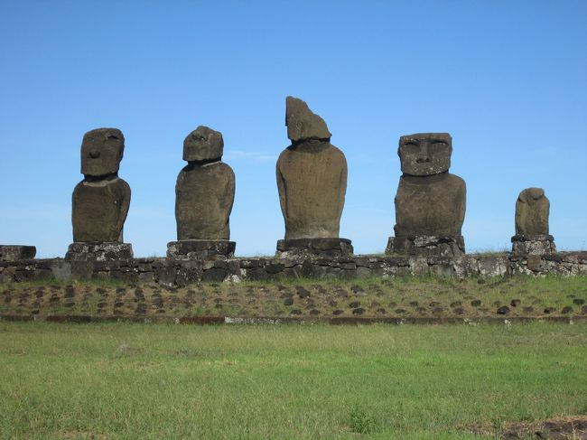 イースター島(イスラ・デ・パスクア)の観光の最終日3日目の15日の観光は島の内陸部にある「アフアキブ」からしました、海を見つめて立つ7体のモアイ像を見ました、10~11世紀建造と言われていて、ここだけが海の方向を見ているモアイです。<br /><br />アフアキブを見た後は同じ内陸部の高台にある「プナパウ」に、モアイの頭にのせるプカオの切り出し場所で赤い石が残っていました、高台ですのでちょっとだけ眺めを楽しみました。<br /><br />プナパウの後はイースター島最後の観光で「タハイ儀式村」に、海岸沿いの草原を散策しながらここにあるアフコテリク、アフタハイ、アフバイウリを見ました、アフコテリクは顔に目がはめ込まれています、少し離れてアフタハイがさらに離れた5体が並ぶアフバイウリがありました、ここでは民芸品の露店が出ていました。<br /><br />すべての観光を終えてハンガロア村を車窓から眺めてマタベリ空港に、最後にラタム航空の機内からイースター島の姿を見てサンチアゴに戻りました。