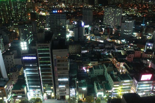 初めての韓国旅行に行ってきました。<br />福岡からあまりにも近いので「いつでも行ける」と思い行ったことがなかったのですが、<br />実際行ってみると面白かった!<br /><br />釜山は昔ながらの市場からお洒落なカフェ通り、そして海雲台のようなリゾート地まで色々。<br />様々な表情を持つ街でした。<br /><br />初日は西面の散策、お昼ご飯にはダッカルビを食べました。