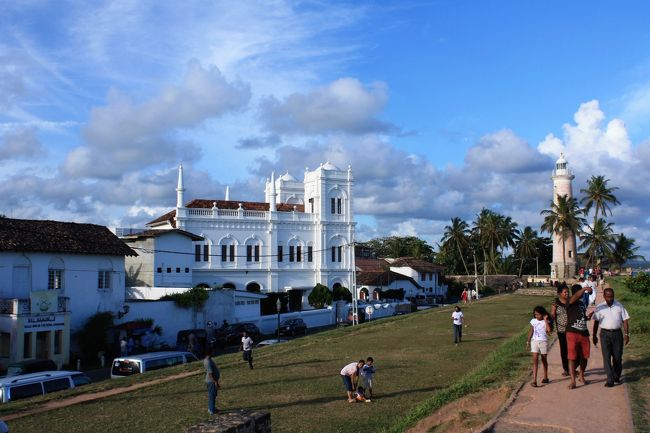 """2015年夏休みのスリランカ旅行8日目後半。<br /><br />セイロン島中央部の古都キャンディから7時間かけてたどり着いた南西部の港町ゴール(ガレ)は、四方を城壁に囲まれた要塞の街。<br /><br />ポルトガル、オランダ、英国と、16世紀以来、ヨーロッパ列強の支配下に置かれたこの街は、スリランカの中でも特にコロニアルな雰囲気を残す、""""異国の中の異国""""の街。<br /><br />そんな雰囲気の中、1km四方のこじんまりとした旧市街でのんびりと過ごし、長い旅の疲れを癒すことができたゴール滞在となりました。<br /><br /><旅程表><br /> 2015年<br /> 8月14日(金) 成田→バンコク→コロンボ<br /> 8月15日(土) コロンボ→アヌラーダプラ<br /> 8月16日(日) アヌラーダプラ→ミヒンタレー→アヌラーダプラ<br /> 8月17日(月) アヌラーダプラ→ポロンナルワ<br /> 8月18日(火) ポロンナルワ→ダンブッラ→シーギリヤ→ダンブッラ<br /> 8月19日(水) ダンブッラ→キャンディ<br /> 8月20日(木) キャンディ→ピンナワラ(象の孤児園)→キャンディ(ペラヘラ祭)<br />〇8月21日(金) キャンディ→コロンボ→ゴール<br /> 8月22日(土) ゴール→コロンボ<br /> 8月23日(日) コロンボ→バンコク→成田"""