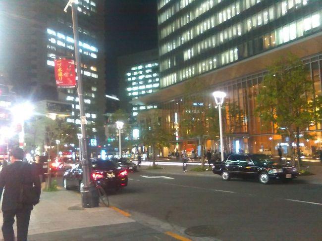 東京・横浜で働く従妹連中を久々に尋ね、酒杯を重ね旧交を深める。代々木上原の穴場や八重洲のkitteビル地下の飲食街をさまよう、と同時に観光スポットを巡り悦に入るという一人旅。<br />宿泊先が赤坂ということもありTBS赤坂サカスのミニマラソンコース沿いの夜桜を堪能。その宿泊とはファーストキャビン赤坂というお洒落な外観の「カプセルホテル風簡易宿泊所」というもの。いうなればカプセルホテルの大型版で広さは3㎡というから約1坪の広さ、共有スペースもなかなか綺麗で付属品も殆ど完備快適であった。<br />今話題の築地は定休日だったが、都営バスの運転手さんの情報をもとに結構出店を巡ることができた。<br />2日目は横浜ラーメン博物館すみれで醤油ラーメンを食べる。麺は中細縮れ麺おいしい。ランドマークタワーのスカイビューレストランの眺めは秀逸。