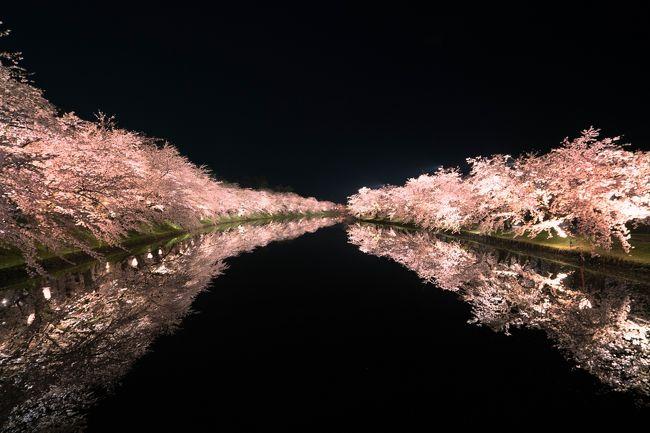 2015年に思いがけず弘前城天守閣改築前の満開の桜をを見てから、どこの桜を見ても「まぁこんなもんだな」と思うようになってしまいました。<br />あれから2年、今年も満開の弘前城の桜を愛でる機会に恵まれましたが、やっぱり弘前城の桜は凄かった!!<br /><br />前回は奇跡のピーカンの晴れ、今年は予報では曇りのはずが、雨が上がるのが遅れ、雨の夜桜スタートとなりました。<br />今年の弘前城の売りは、花筏のようで駅のポスターなどは花筏ばかり、しかし隊長が行ったときは全開の満開!花筏には少し早かったようですが、それでも十分満足した花見になりました。<br /><br />旅行記のほとんどが桜ばかりで、似たような写真の連続で、夜の桜を手持ち撮影しているので、多少粗い写真になっていますが、お時間がありましたらお付き合い下さい。<br />では、弘前城の桜はじまり~