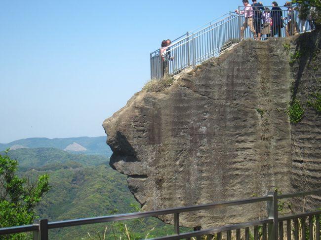 先日テレビで「これという山があまりない千葉県の有名な山」ということで鋸山をやっていて、鋸山へ行ってみよう!<br /><br />ということで、<br />http://4travel.jp/travelogue/11004899 の高尾山<br />http://4travel.jp/travelogue/11125838 の大山<br />に続き、毎年恒例のGWの山登り(運動不足解消です)は鋸山に決定しました。<br /><br />本日は地獄のぞきに着いた時には歩行数は僅か7,400歩余りでしたが、家に帰ってきたら21,487歩となっていました。<br /><br />東京湾フェリーの公式HP: http://www.tokyowanferry.com/<br />鋸山日本寺の公式HP: http://www.nihonji.jp/<br /><br />【表紙の写真】鋸山 日本寺地獄のぞき